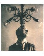 """Ritratto fotografico pubblicato da """"Pour Vous"""". Chaplin scherza davanti alla macchina fotografica a St.Moritz, Svizzera"""