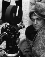 "Stanley Kubrick durante le riprese di ""Paths of Glory"""