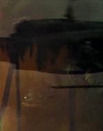 PANORAMICA su spettrali elicotteri che vanno e vengono. DISSOLVENZA su: INT. HOTEL SAIGON - GIORNO. PRIMO PIANO rovesciato del volto di un giovane coperto da una barba corta e ispida.
