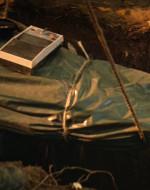 LANCE posa il mangianastri di CLEAN sul corpo, che viene calato nella fossa.