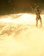 Si VEDE LANCE che sta facendo sci d'acqua a poppa della motovedetta.