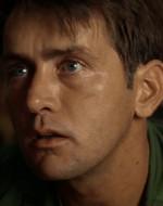 """GENERALE : Vede, Willard, in questa guerra, là fuori, le cose si confondono. Il potere, gli ideali, i vecchi codici morali, le concrete necessità militari. Ma là fuori con quegli indigeni, essere un dio dev'essere una tentazione. Perché in ogni cuore umano c'è un conflitto fra il razionale e l'irrazionale, fra il bene e il male. E il bene non sempre trionfa. A volte il lato oscuro ha la meglio su quelli che Lincoln chiamava """"i migliori angeli della nostra natura"""". Ogni uomo ha un punto di rottura. Lei e io abbiamo il nostro. Walter Kurtz ha raggiunto il suo. Ed è palesemente impazzito."""