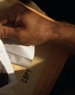 """EST. FIUME - MOTOVEDETTA - GIORNO. WILLARD ha aperto la cartella top-secret e sta leggendo la lettera che conteneva. WILLARD (leggendo) : """"Dobbiamo comunicarle che c'è stato uno sviluppo nuovo riguardo alla sua missione. Mesi fa, un uomo ricevette l'ordine di svolgere una missione identica alla sua. Abbiamo motivo di credere che ora stia operando con il colonnello Kurtz."""""""