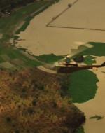 EST. DELTA DEL MEKONG - CREPUSCOLO. Un elicottero HUEY sorvola le montagne, le risaie e il fiume Mekong, AVVICINANDOSI finché non si vede un'area di ormeggio. WILLARD (FC) : Quante persone avevo già ucciso? C'erano le sei di cui ero sicuro…abbastanza vicine da alitarmi il loro ultimo respiro in volto. Ma stavolta si trattava di un americano, e di un ufficiale. Per me non avrebbe dovuto essere diverso, ma lo era.
