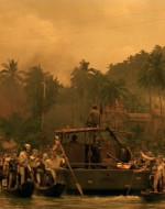 """Centinaia di indigeni """"montagnard"""", corpi e volti dipinti di bianco, dall'aspetto selvaggio ma con una componente di purezza nel loro portamento. Uomini e ragazzi si ergono immobili su canoe schierate fianco a fianco a bloccare il passaggio."""