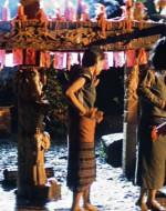 EST. TEMPIO - SITO CERIMONIALE - NOTTE. Gli INDIGENI stanno conducendo una cerimonia.