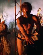 EST. TEMPIO - NOTTE. LANCE partecipa al rituale sacrificale. Versa sul collo del bufalo il sangue contenuto in una caraffa approntandolo per la cerimonia.