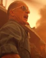 E' il COLONNELLO WILLIAM KILGORE. KILGORE : Tenente, bombardi quella linea d'alberi a un centinaio di metri di distanza. Mi dia un po' di spazio per respirare.