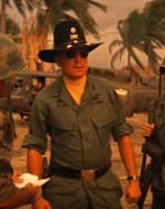 WILLARD : Capitano Willard. Trasporto documenti prioritari dal comando Com-Sec Intelligence, 2° corpo d'armata. Mi risulta che Nha Trang l'abbia informata sui requisiti della mia missione!  //  KILGORE : Quale missione? Nha Trang non mi ha detto niente. //  WILLARD: Signore, dovrebbe scortarci fino al Nung!  //  KILGORE: Vedremo cosa si può fare! Ma si tolga di mezzo finché non abbiamo finito, capitano!