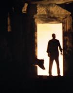 Il profilo di KURTZ si staglia sulla soglia del tempio. Rientra.