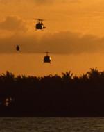 TOTALE - I 20 ELICOTTERI decollano facendo roteare le eliche, sputando fuoco dalle turbine e sollevando una nube di sabbia e polvere.