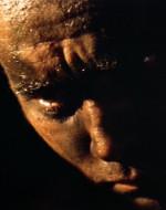 WILLARD osserva KURTZ che muore. Poi reagisce a ciò che ha fatto portandosi le mani al volto.