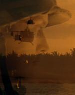 WILLARD guarda davanti a sé, KILGORE è seduto accanto al portello. Sotto di loro vedono scorrere la giungla e si ritrovano all'improvviso a sorvolare l'oceano a volo basso e veloce.