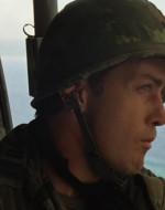 WILLARD osserva dal portello laterale gli elicotteri che sfilano.
