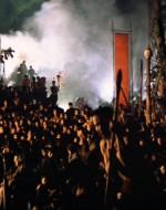 EST. DAVANTI AL TEMPIO - NOTTE. Gli INDIGENI si sono assembrati di fronte al tempio.