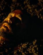 Si vede la testa di CHEF nel fango.