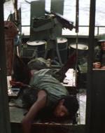 CHIEF si volta e vede che CLEAN è stato colpito ed è riverso sul ponte.