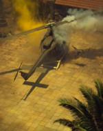 Una GIOVANE VIETNAMITA si precipita fuori da una delle case, protestando per i due vecchi. Poi getta il suo cappello a cono all'interno dell'elicottero. E' una granata. L'elicottero esplode. Alcuni soldati escono avvolti dalle fiamme, altri cercano freneticamente di spegnerle. Dall'elicottero di comando guardano l'elicottero in fiamme.
