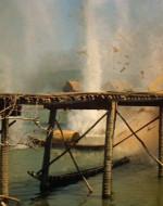 Altri elicotteri aprono fuoco sul ponte. Fumo e macerie si levano verso il cielo.