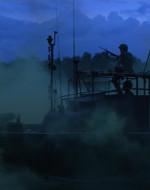 EST. FIUME - MOTOVEDETTA - GIORNO. L'imbarcazione avanza nella nebbia. In lontananza si distingue una PIANTAGIONE.