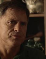 GENERALE : Luke, ti spiace far sentire quel nastro al capitano? (a WILLARD) Lo ascolti attentamente, capitano. La trasmissione è stata intercettata dalla Cambogia. E'stata identificata come la voce del colonnello Kurtz.