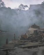 Il pontile è distrutto da anni di combattimenti. In cima alla collina che sovrasta il pontile c'è una grande villa.