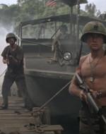 WILLARD salta giù dall'imbarcazione con il suo M16 e si guarda intorno con circospezione. LANCE e CHEF lo seguono. Mentre il gruppo percorre il pontile, alcuni soldati francesi sbucano dalla nebbia. WILLARD e i suoi sono circondati.