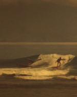 Mentre la motovedetta viene fatta cadere in acqua da un elicottero, due militari surfisti cercano di cavalcare le onde. Nel cielo SIBILANO i jet aprendo il fuoco. Gli elicotteri passano trasportando i feriti.