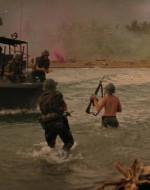 WILLARD e LANCE corrono come indemoniati verso la motovedetta. L'equipaggio li aiuta a salire a bordo. Ma prima, WILLARD ruba la tavola di KILGORE dalle mani di un SOLDATO. La barca vira con i MOTORI AL MASSIMO E PARTE RUGGENDO verso il largo.