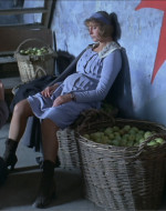 Poi cade in ginocchio, mentre Anita si abbandona esausta su una cesta. Entrambi ridono e lei invita lui sul suo grembo, sotto la gonna.