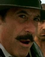 Giovanni si volta di scatto e va a fermarsi di fronte a Montanaro.  //  GIOVANNI : Ehi, tu! Abbiamo perso tutto… non mi hai sentito? Eppure le orecchie ce le hai, e belle grandi…