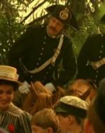 Anche i carabinieri a cavallo assistono allo spettacolo. E decidono d'intervenire con la forza quando entrano  in scena un paio di burattini con le loro fattezze, presi di mira da Sandrone e Fagiolino. Il piccolo palcoscenico viene preso d'assalto e distrutto, i burattinai sono allontanati con la forza, e i bimbi accompagnati frettolosamente da tre signorine verso i vagoni. Le madri si ribellano allo sgombero. Scoppia un vero e proprio tumulto. I carabinieri sono messi in fuga.