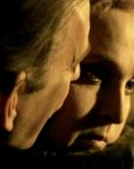 REGINA: Adesso devi farmi godere qui!  // ATTILA: Sai che ti faccio… vedrai!  // REGINA: Sei una bestia! Che pena mi hai fatto! Eri sull'attenti, a prenderti gli insulti. A cuccia dal padrone. // ATTILA: Sono il suo cane da guardia. // REGINA: Allora abbaia, mordi! Ma non devi farmi trattare in quel modo!