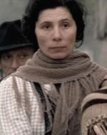Anita e altre donne assistono a questa migrazione che ha qualcosa di epico e di miserabile.