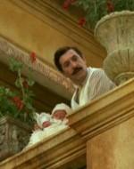 """Ora Giovanni gli mostra il neonato col """"pistolino"""" che ha in braccio. Alfredo è raggiante."""