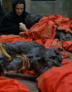 I resti dei cadaveri carbonizzati sono trasportati su un carro.  //  ANITA: Giosué Zuelli, di anni 72, bracciante dall'età di anni 7. Sfruttato dai padroni, ammazzato dai fascisti! // OLMO: Svegliatevi!