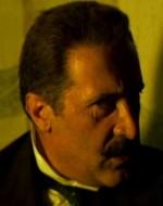 Alfredino si accorge dell'inganno:  in realtà è il padre Giovanni, nascosto dietro una tenda, a dettare, imitando la voce del vecchio.