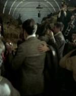 E allora Alfredo agguanta Anita per un ballo.  //  ANITA (riferendosi ad Ada): Pensare che ha gli occhi tanto belli! // ALFREDO: Sì, belli.