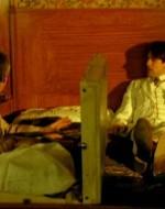 ALFREDO (distendendosi nervosamente sul letto): Io non sento niente. Non sento niente!   //  Ottavio e Ada lo guardano ridendo. Improvvisamente Alfredo comincia a tremare in modo buffo. Poi si alza, assume una serie di pose strane e va ad azionare un grammofono. Una musichetta allegra si diffonde tra quelle pareti.