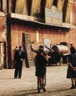 Intanto Leonida è uscito dalla stalla conducendo fuori il prigioniero. I contadini hanno visto il padrone con le mani alzate e gli vanno incontro incuriositi. Ora Alfredo è fermo davanti a Olmo, e uno dei contadini ne approfitta per dargli uno spintone.