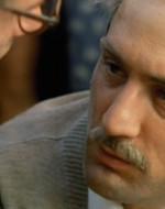 Alfredo finisce in ginocchio tra le risate dei contadini. Un altro lo scaraventa a terra con un calcio. Olmo si china su Alfredo e l'aiuta a risollevarsi.  // OLMO: Ehi!… Stai dormendo? // ALFREDO: Ada non è più tornata, sai? // OLMO: Preferiresti che fosse morta, eh?// ALFREDO: Tu sei tornato, almeno...
