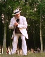 Il vecchio Berlinghieri si alza inseguendo la musica che arriva da dietro i pioppi. Nei pressi di un fosso c'è una ragazzina che avrà sì e no quindici anni.  //  ALFREDO sr.: Chi sei?