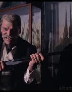 Quando il nipote lo raggiunge, Alfredo senior imbraccia un fucile da caccia.  //  ALFREDO sr (rivolgendosi al nipote): Vuoi tirare anche te? // ALFREDO jr: Sì, sì...