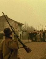 """Avanzini si allontana dall'amico e continua a inveire contro i """"maledetti bolscevichi"""", dalle cui fila si leva un canto ancora più forte e minaccioso."""