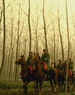 Mentre le guardie regie avanzano nella nebbia, echeggiano alcuni spari.