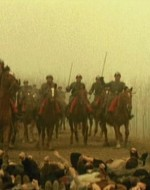 I cavalieri avanzano. Potrebbe essere un massacro, invece, sembra incredibile, giunti vicinissimi alle donne, i cavalli si arrestano. Scartano, s'impennano, recalcitrano. Le guardie regie si tengono a malapena in sella. Il canto delle donne si leva più forte.