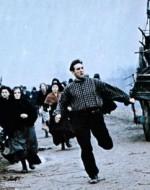 Mentre l'ufficiale torna al galoppo verso il gruppo dei suoi, Olmo e Anita fomentano la rivolta.  //  OLMO: Questa legge vigliacca è sempre dalla parte dei padroni!