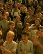 La folla di bambini applaude, in attesa di salire sui vagoni. Sono i figli dei braccianti in lotta destinati a essere ospitati in una colonia a Genova.