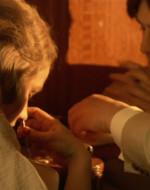 Ada esegue dilingentemente, mentre Alfredo al primo colpo soffia e sparge la cocaina per terra. Poi tira di nuovo, questa volta in modo corretto.