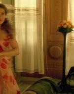 """Ada improvvisa una danza """"liberty"""" in vestaglia mentre Ottavio la fotografa divertito."""